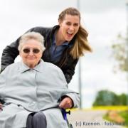 Besuche von Angehörigen im Altersheim sind auch anch dem Umzug wichtig.