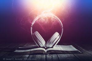 Volle Aufmerksamkeit beim Bibel lesen.
