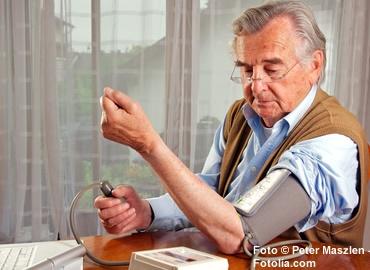 Der Blutdruck sollte regelmässig überprüft werden.