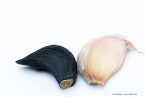 Schwarzer und weisser Knoblauch