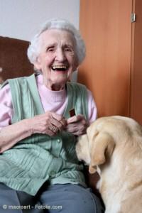 Ein Besuch guten Freunde auf 4 Pfoten fördert die positive Stimmung im Altersheim